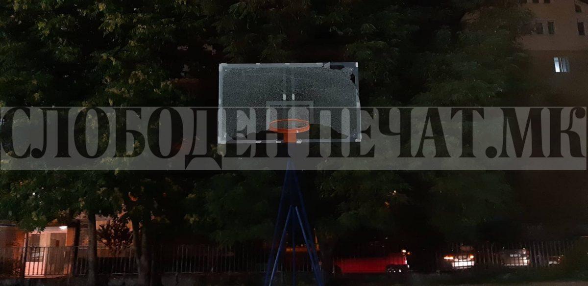 СРАМОТА: За два дена ја скршија таблата на новиот кош на игралиштето Сокол, стакло се РАСПРСНА на сите страни (ФОТО)