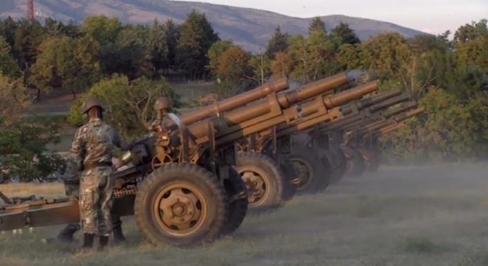 СКОПЈАНИ СЕ ИСПЛАШИЈА од почесната артилериска средба на АРМ (ВИДЕО)