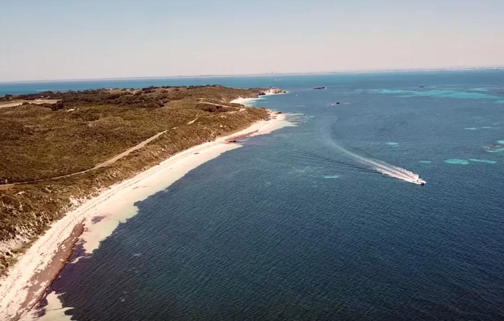 Туристите уживаат на рајските плажи, а немаат поим каква МРАЧНА ТАЈНА крие островот – Под земјата се кријат коски кои раскажуваат СТРАШНА приказна