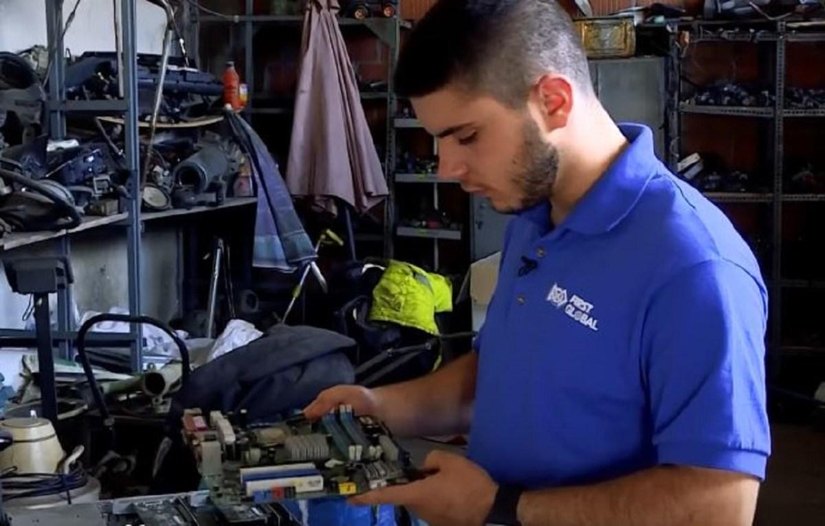 Собира отпад од депонии и гради роботи, овој студент од косовска Каменица ќе ве остави без зборови