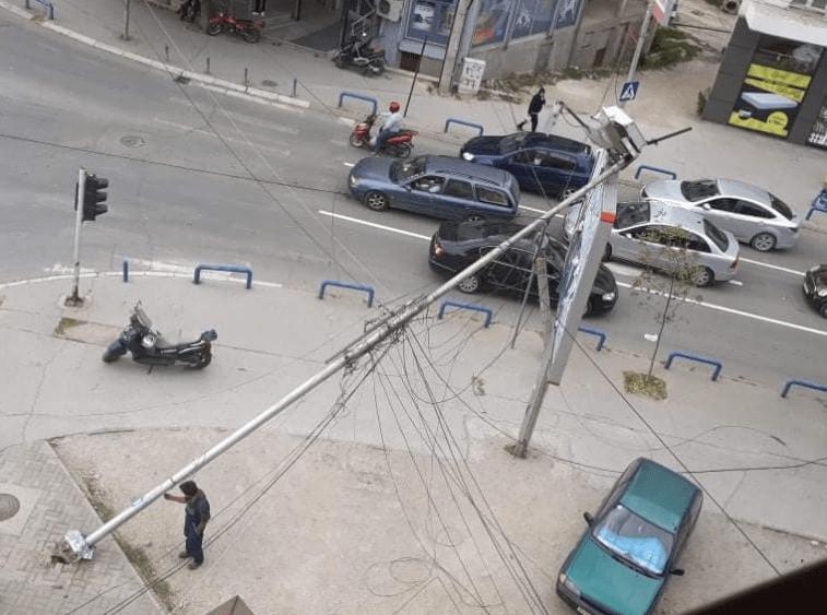 Камион турна бандера во центарот на Куманово