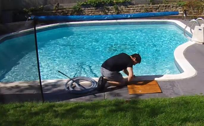 Го чистеше базенот, па наеднаш се џитна во него