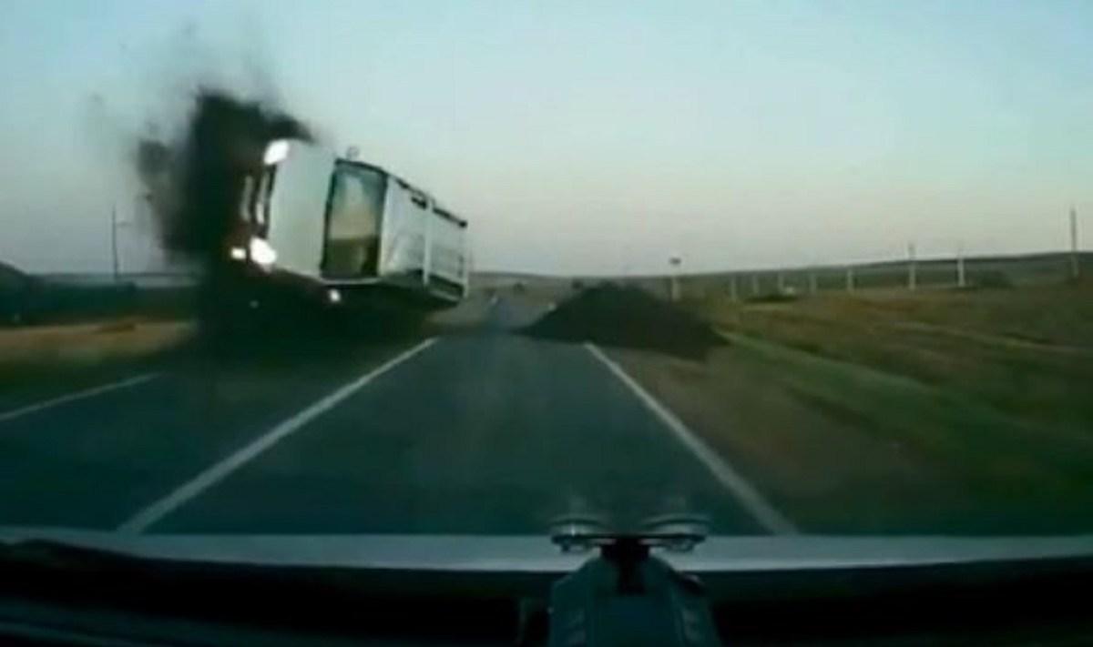 СООБРАЌАЈКА КОЈА ЌЕ ВЕ ОПАМЕТИ: Двајца шофери ги занемаруваат знаците и им се случува нешто страшно