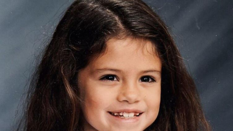 МОЖЕТЕ ЛИ ДА ЈА ПРЕПОЗНАЕТЕ: Славната пејачка со фотографии од детството ги воодушеви сите!