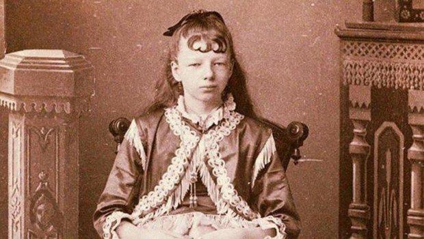 Приказна за девојчето родено со 4 нозе: Родила 5 деца, луѓето плаќале за да ја видат, а на крај и го зацементирале гробот
