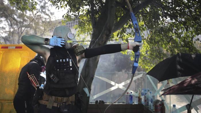 Полицаец во Хонгконг погоден со стрела