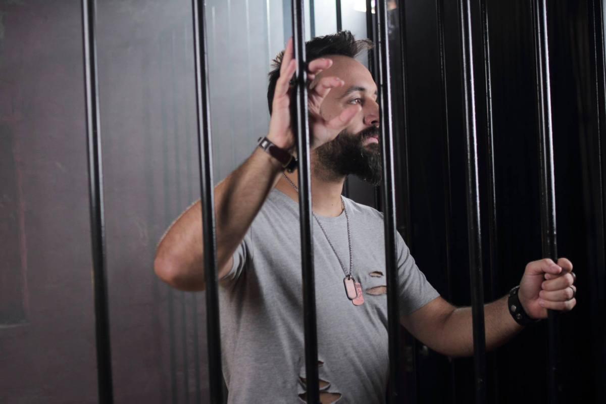 Фатен со торба пари! Пејачот Боби Павловски заврши во самица! (ВИДЕО)