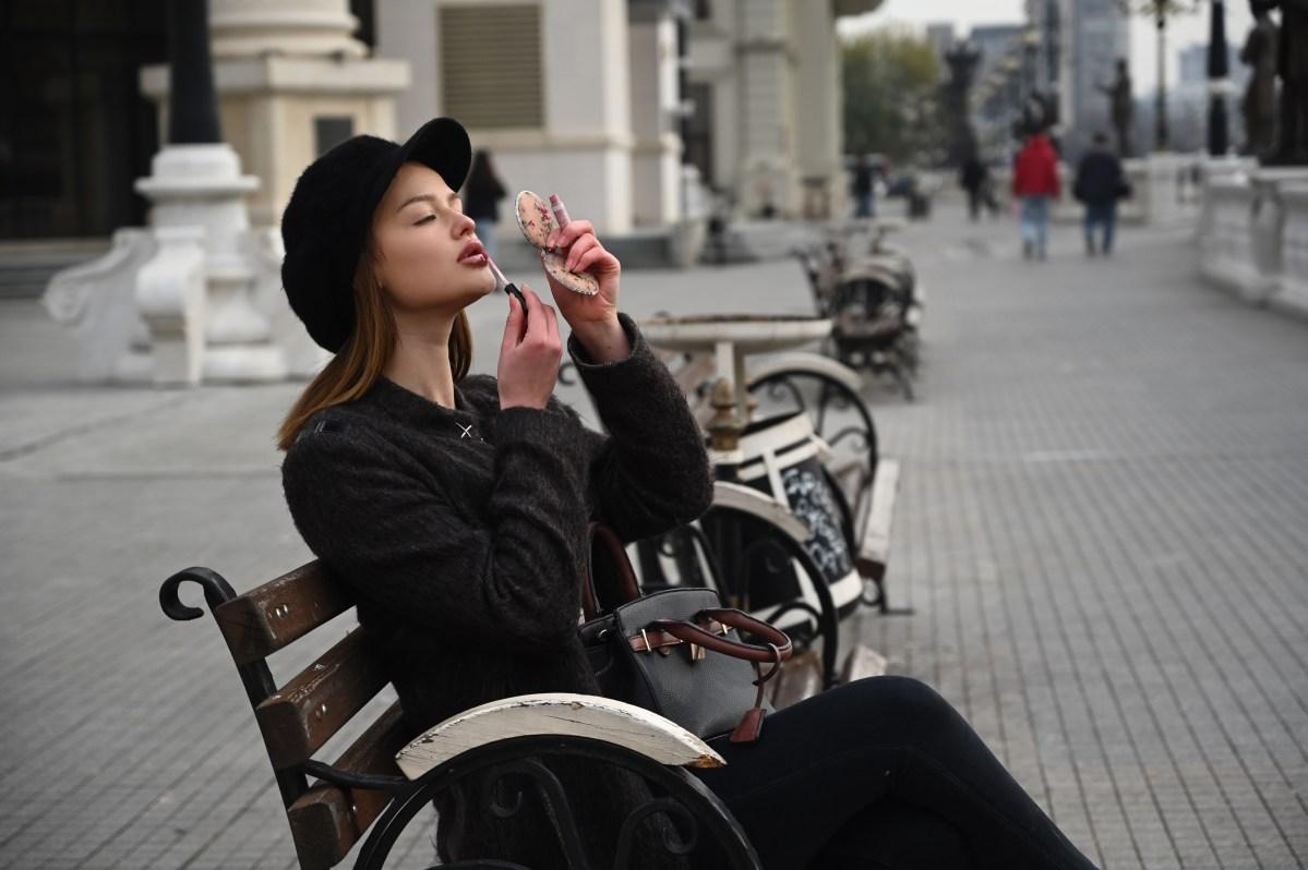 """Толку """"зимска"""", а толку убава: Оваа девојка е новогодишен украс на Скопје (ФОТО)"""