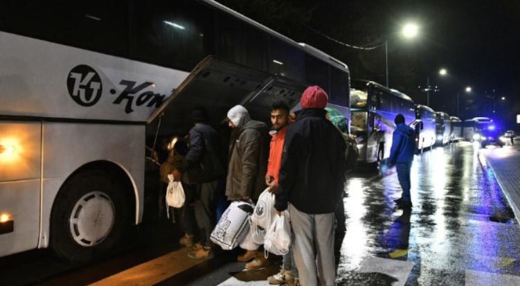 Од кампот во Вучјак префрлени 350 мигранти близу Сараево