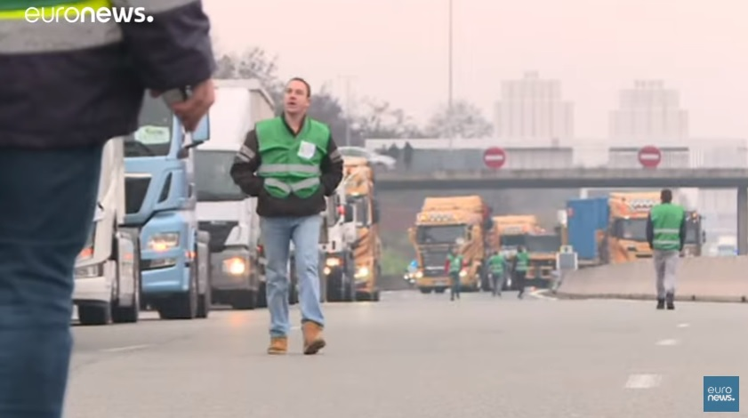 Франција пред колапс: Камионџии ги блокираа улиците