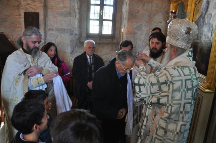 01.Trenutak krsstenja u crkvi na Chipuru - Mitropolit Amfilohije lao kum ssissa pramen kose svom