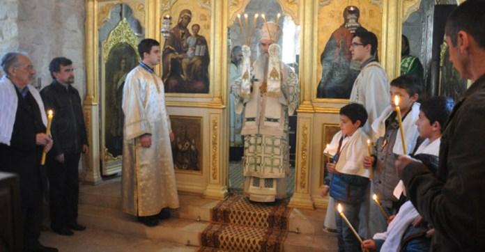07.Mahmut Bussatlija (levo sa svechom ruci) prilikom krsstenja
