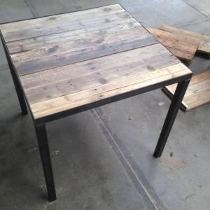 Horeca tafel met sloophout blad en stalen frame en onderstel