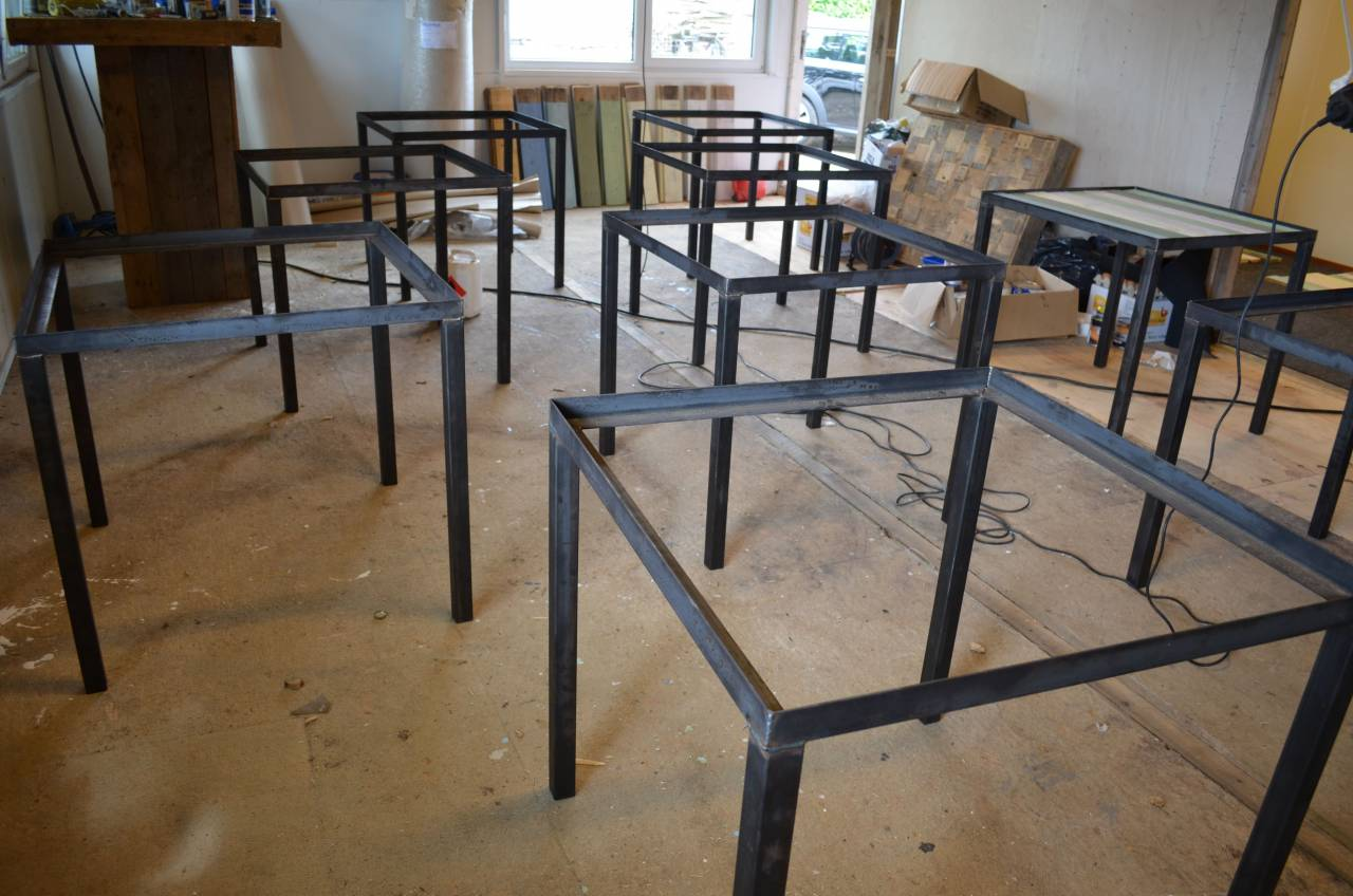 Tafel Stalen Frame : Horeca tafel met sloophout blad en stalen frame en onderstel