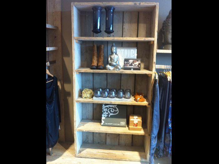 Vitrinekast of boekenkast van steigerhout