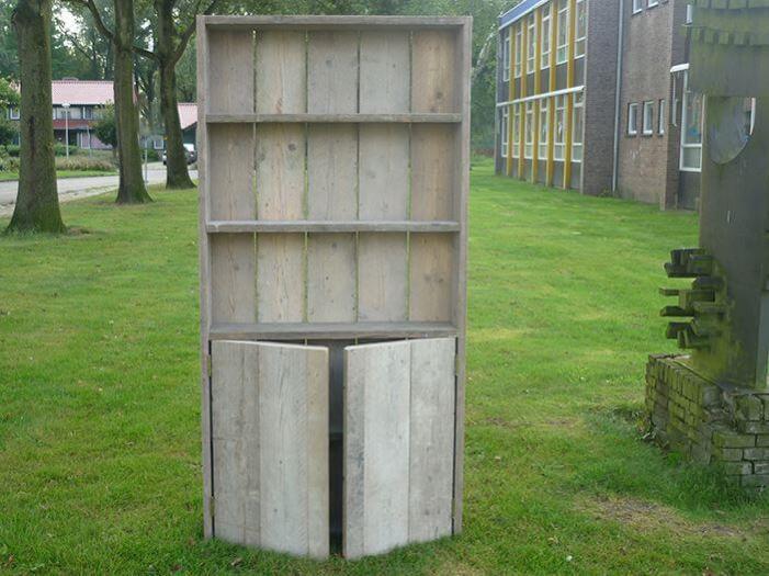 Boekenkast van steigerhout met deurtjes aan de onderzijde