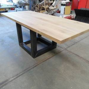 Tafel eiken houten blad en stalen kubus onderstel