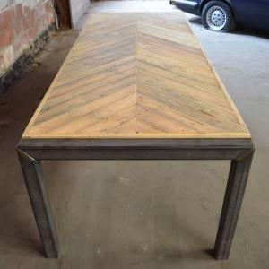Tafel visgraat design tafelblad en origineel stalen onderstel