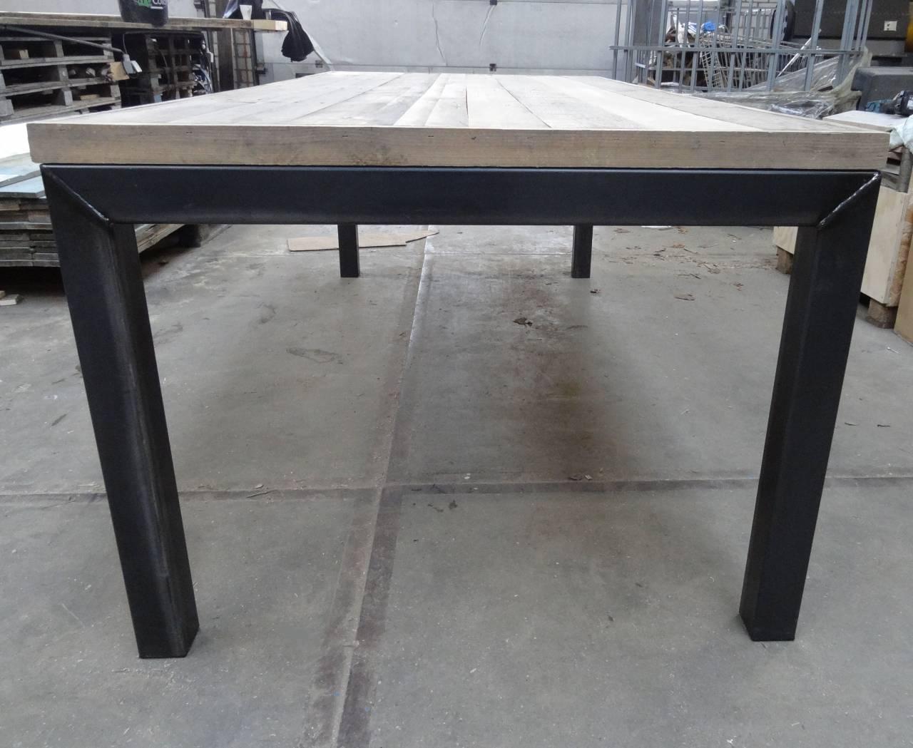 Tafel met sloophout breed blad en stalen omgekeerd u onderstel
