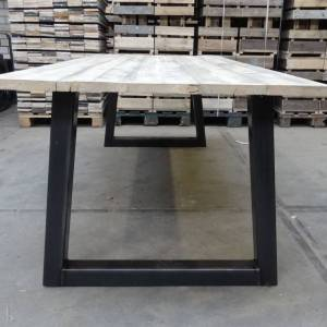 Tafel met steigerhout blad en stalen trapezium onderstel