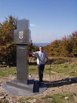 Dreieckiger Steinpfahl auf dem Dreiländerberg Kremenec