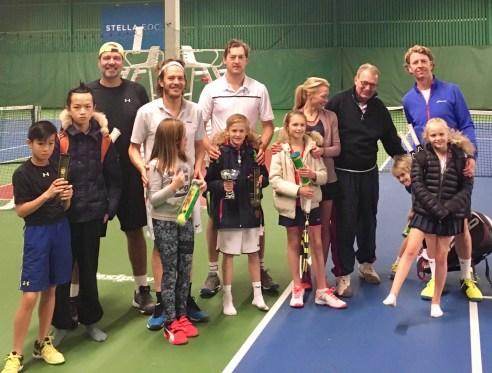 Vinnarna i finalen i hårdbollsklassen vanns av Axel Hegerin Jönsson och Per Jönsson (i mitten). På bilden har vi deltagare ifrån både hårdbolls och midbollsklasser. Totalt var det 32 spelare som deltog i Luciaspelen.