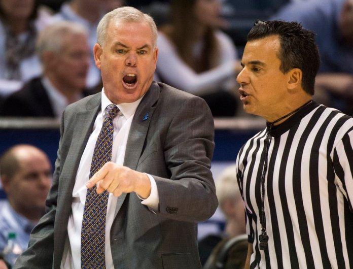 (Rick Egan   The Salt Lake Tribune) El entrenador en jefe de Brigham Young Cougars, Dave Rose, tiene una palabra con el árbitro, en la acción de baloncesto en el Marriott Center, el sábado 10 de febrero de 2018.
