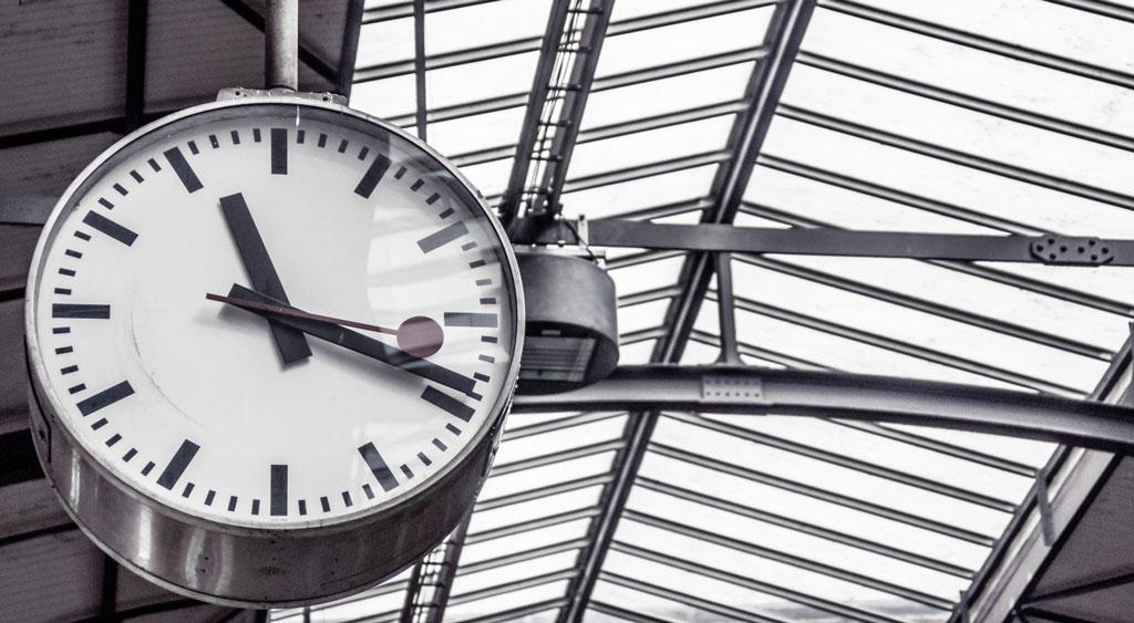 Uhr am Bahnhof