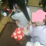 まなみちゃんの髪を梳かす千佳さん
