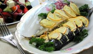 Скумбрія, запечена з лимоном і сирною начинкою