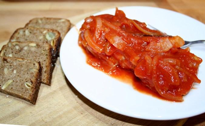 ryba w pomidorach na talerzu