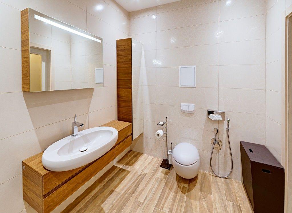 Ahşapla süslenmiş eklektik tarzdaki banyo