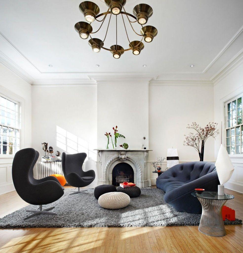 Oturma odası mobilyaları ve tavan süslemesi şeklinde gizli eklektizm