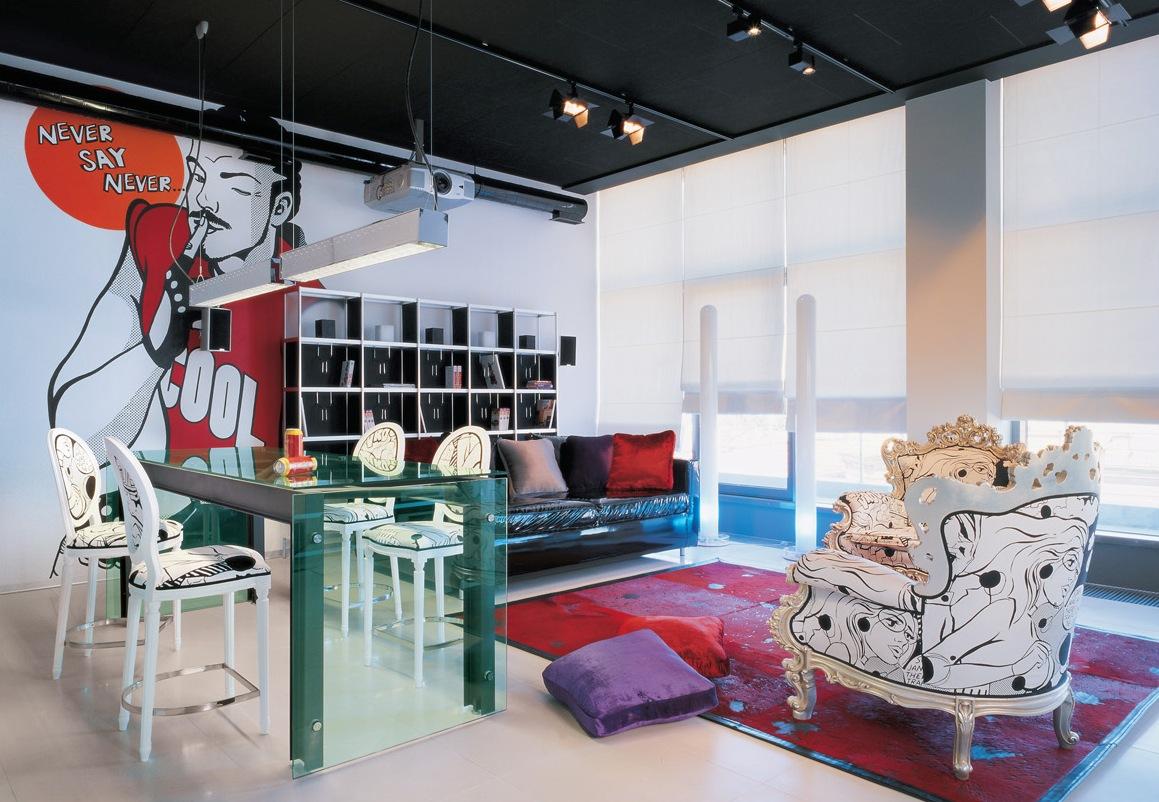 Pop Art İç Tasarım Stili.  Oturma odasında siyah tavan ve hafif barakalar