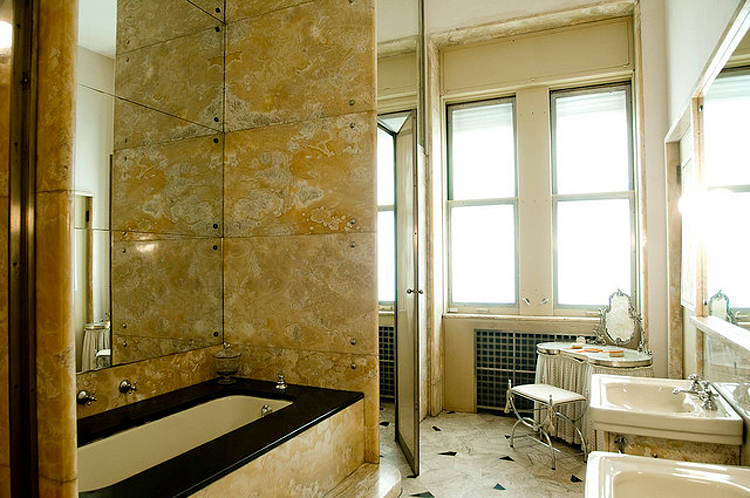 (above) Nedda Necchi's bathroom (photo by Giorgio Majno)