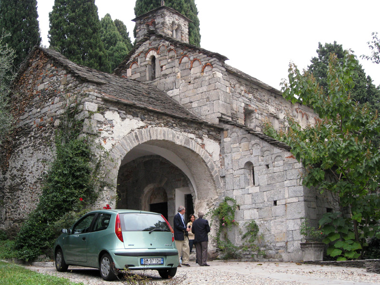 Above is the exterior. The newest portion, a sixteenth century porch with a vaulted ceiling, partly hides the original façade. Please try to ignore the car.