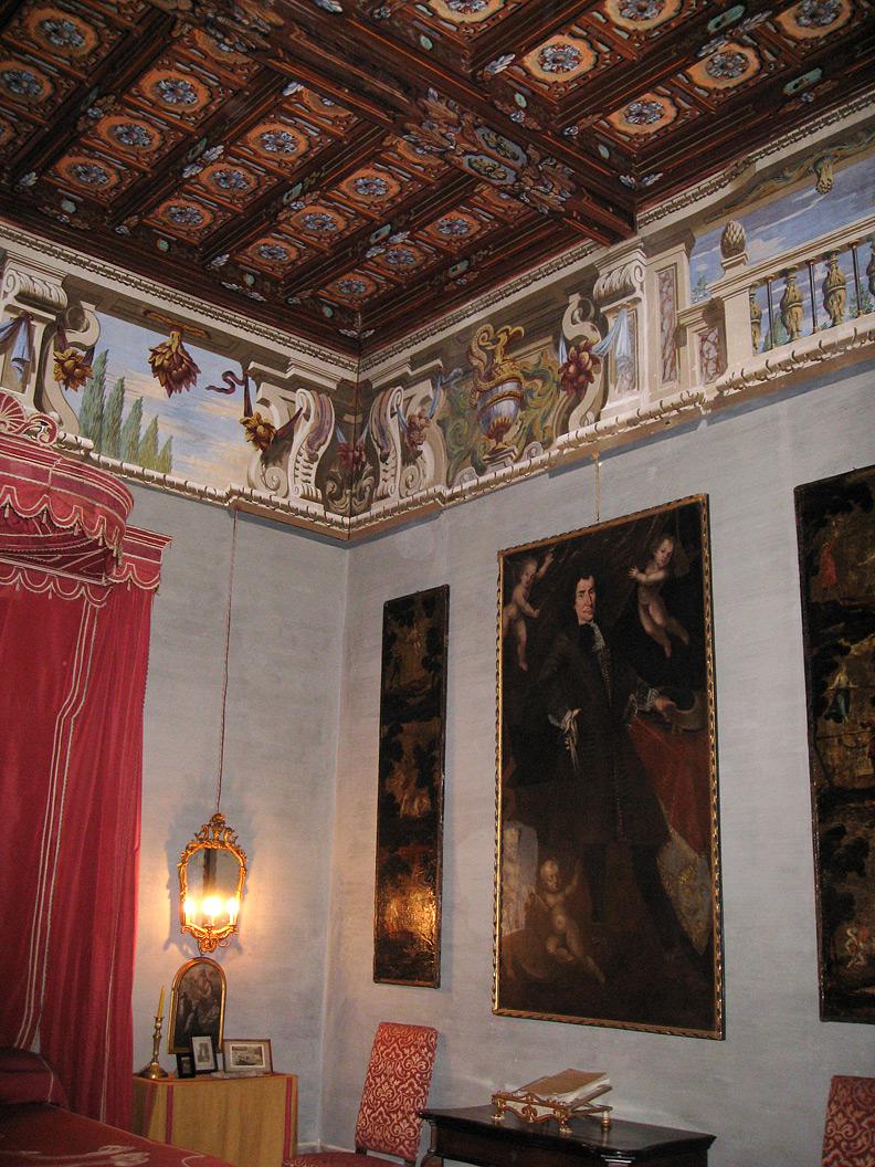 (above) The red bedroom (Camera del let rosso) in the Villa della Porta Bozzolo.