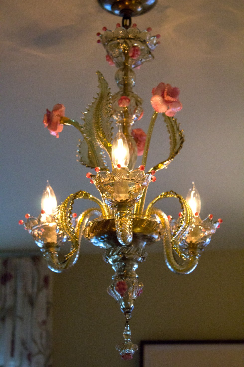 (above) I purchased this Venetian chandelier in Murano, Italy back in 2001. Keep in mind, that I did this before I knew they were to become a fashionable replacement to the traditional crystal chandelier. I spent two weeks in Venice exploring as much as I could—one week for La Biennale di Venezia and another week for everything else. This chandelier was purchased at Vetreria Colonna Fornace. It was one of the first glass shops I was to visit, and it was love at first sight.