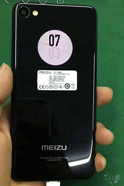 Fotografía del Meizu X2 con su segundo display mostrando la hora.