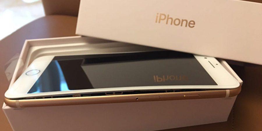 Apple iPhone 8 Plus con su display despegado e curvado.