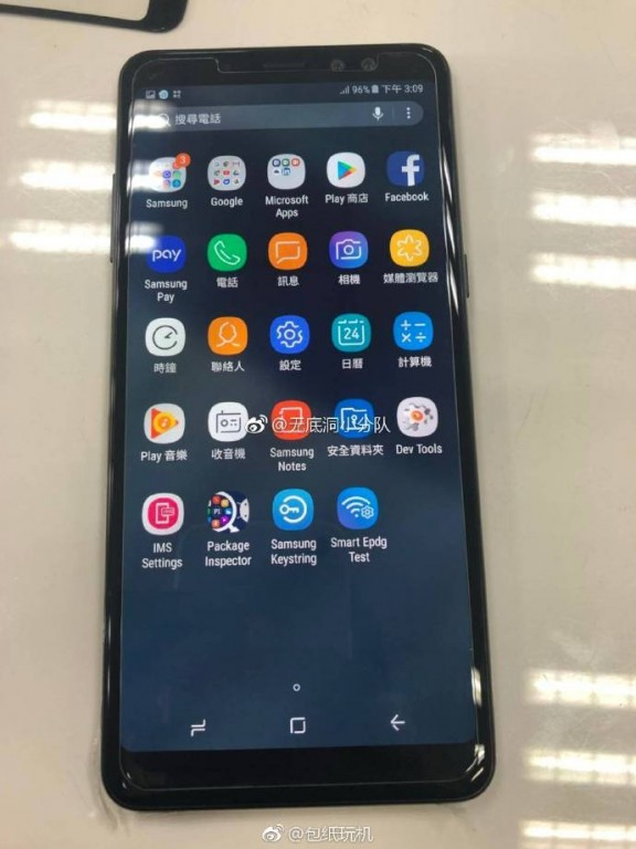 Fotografía filtrada del display del Samsung Galaxy A8+ funcionando.