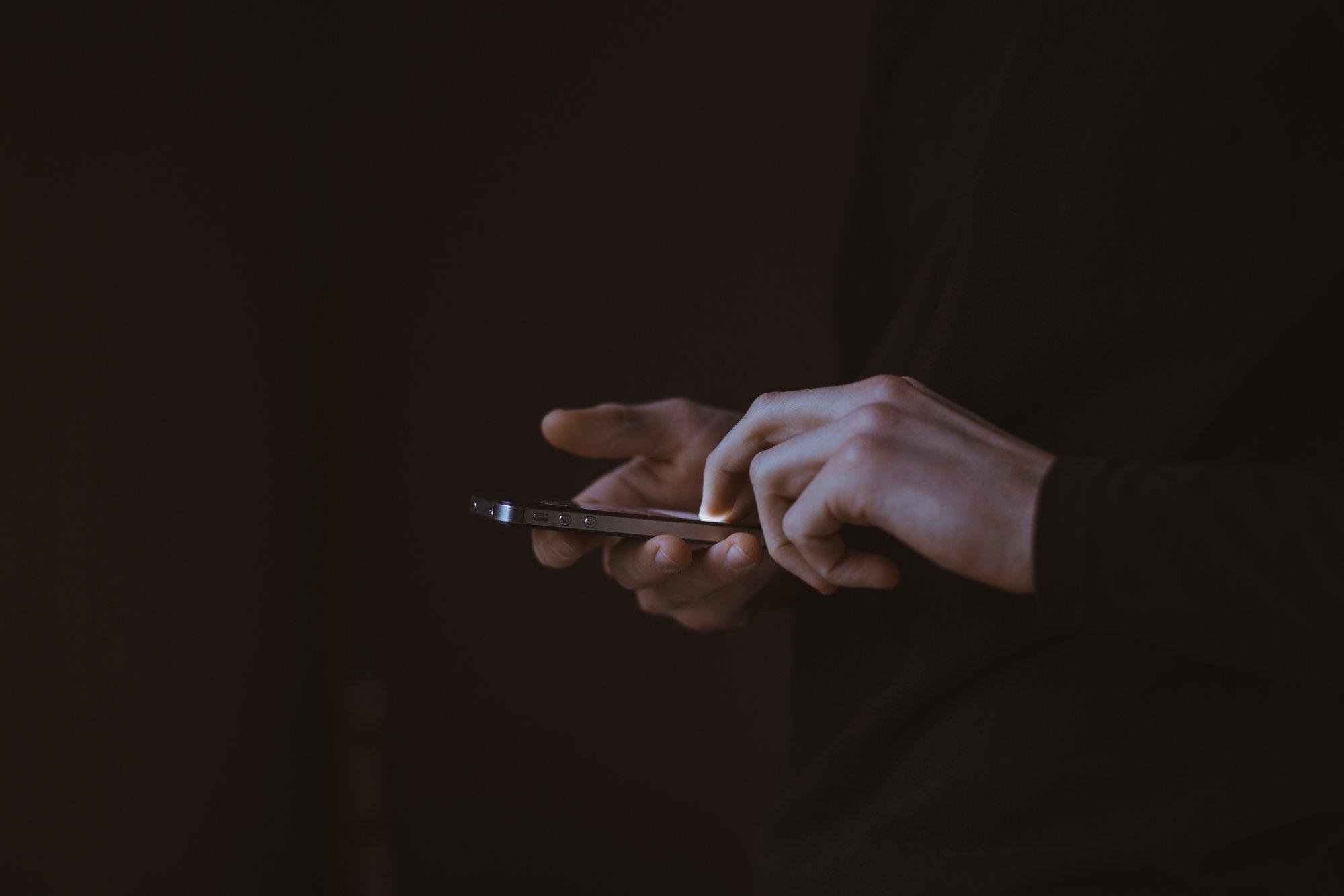 Dopamin: Arte mit Miniserie über die Gründe, warum uns Tinder, Facebook und Co. süchtig machen