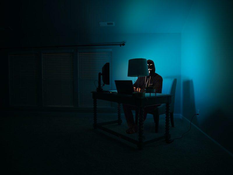 Mensch vor Computer Head Anonym