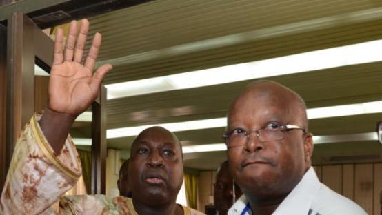 """Des leaders de l'opposition Burkinabe Zephirin Diabre (G) et Rock Marc Kabore (D) avant une rencontre entre responsables de l'opposition, societe civile et des chefs religieux et traditionnels, au total une soixantaine de personnes, doivent se retrouver en """"conference pleniere"""" pour approuver une """"charte de la transition le 8 novembre 2014 a Ouagadougou. AFP PHOTO / ISSOUF SANOGO"""
