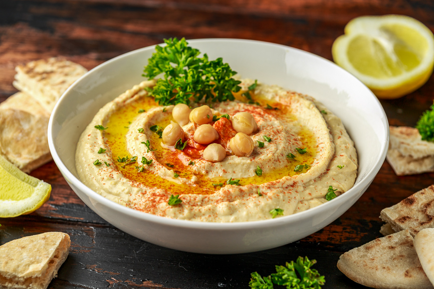 Hummus with olive oil, paprika, lemon and pita bread