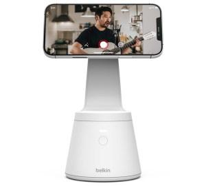 En iPhone er festet til holderen og filmer en mann som spiller gitar.