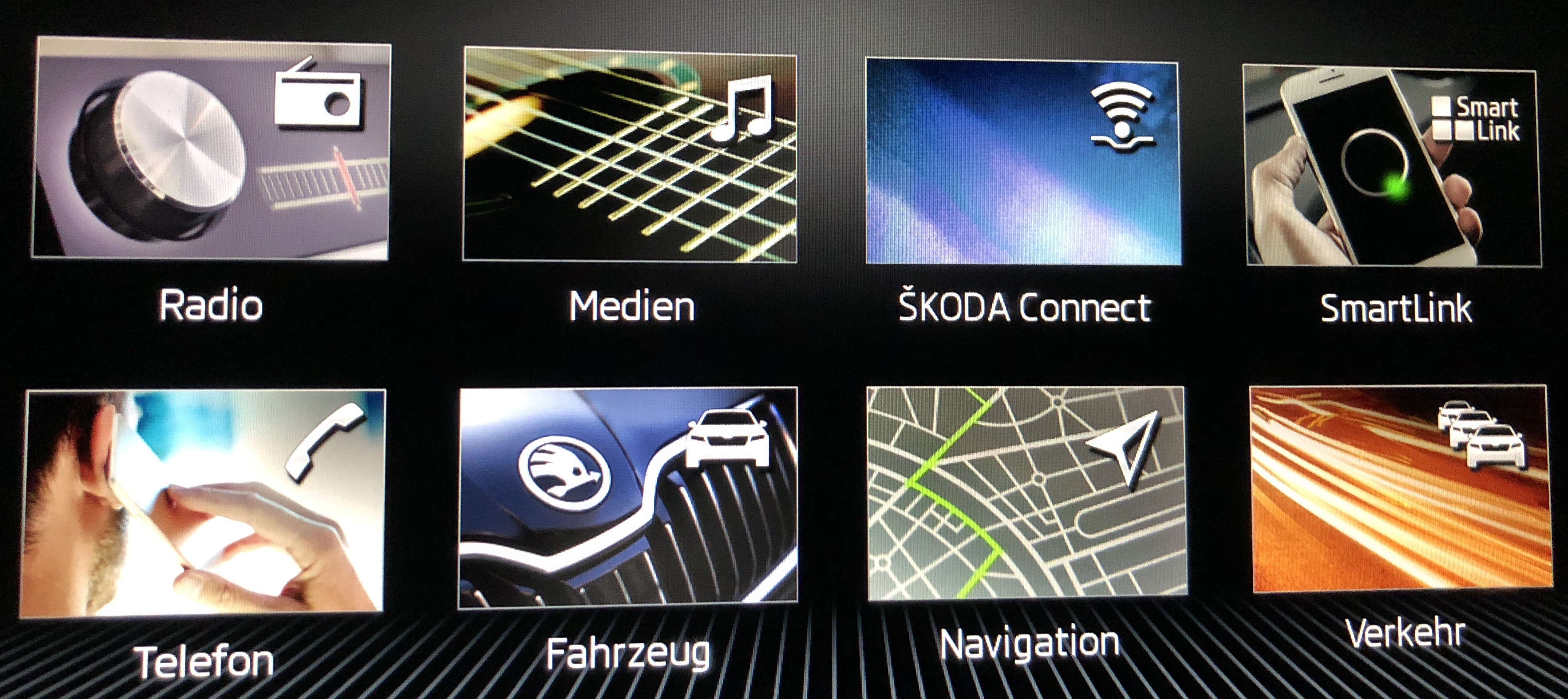 Startmenü des Car-Entertainment-Systems im Skoda Octavia