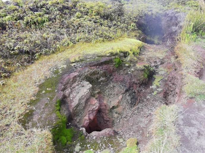 Aus dem Loch in der Erde steigen Dämpfe auf (Foto: SmartPhoneFan.de)