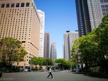 都会を歩く