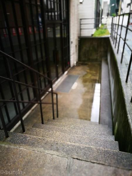 雨の日、階段